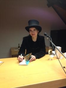 Amélie Nothomb lors de la séance de dédicaces à la Bibliothèque de la Ville de Fribourg.